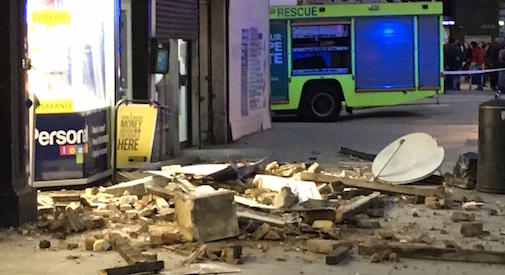 Crolla un tetto a Shepherds Bush, quartiere bloccato