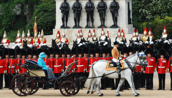 """Trooping the Colour"", festa grande per la Regina"